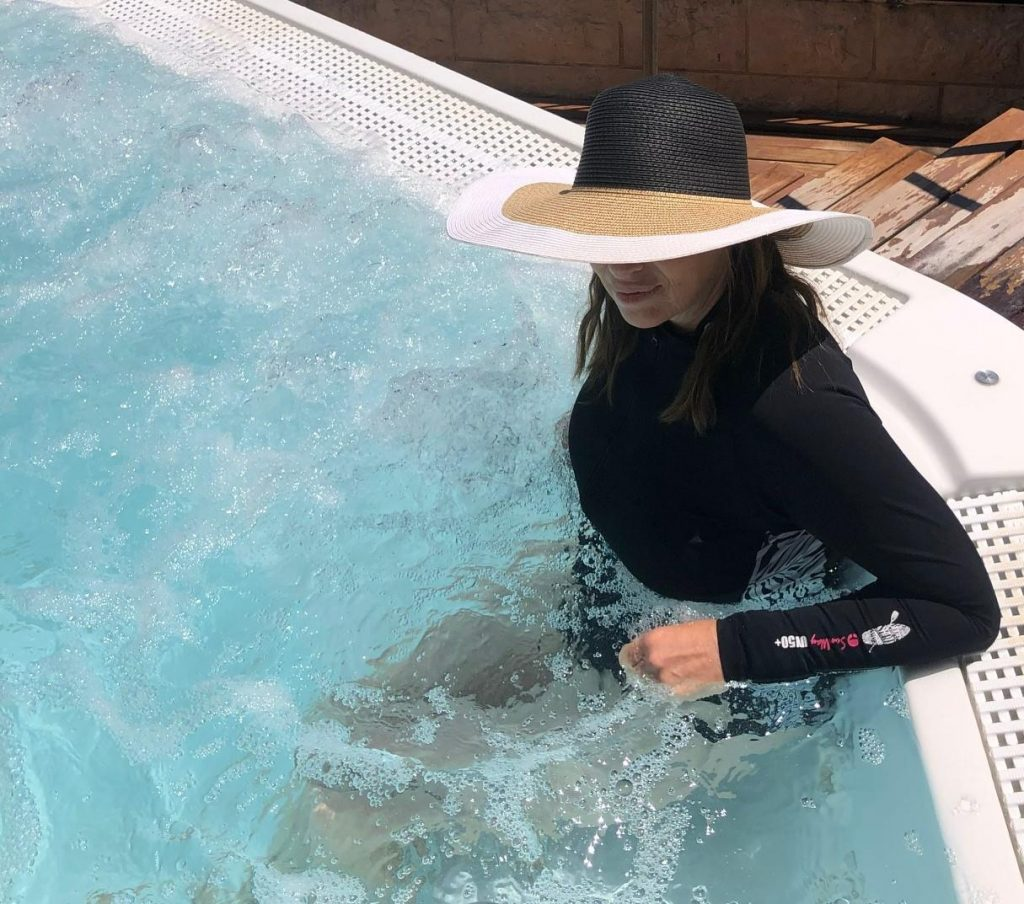 אישה בג'קוזי לובשת בגד ים